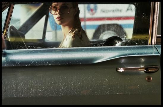 la-dame-dans-l-auto-avec-des-lunettes-et-un-fusil